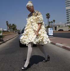 فستان زفاف من الورق فقط